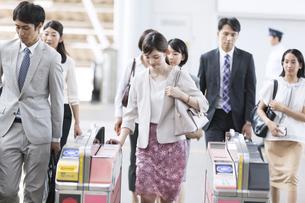 駅の改札を通過する人々の写真素材 [FYI02970120]