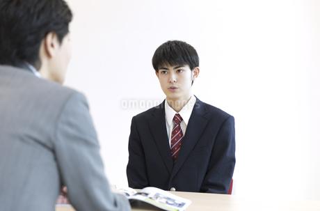 面談を受ける男子高校生の写真素材 [FYI02970121]