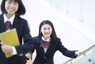 階段を駆け上がる女子高校生たちの写真素材 [FYI02970122]