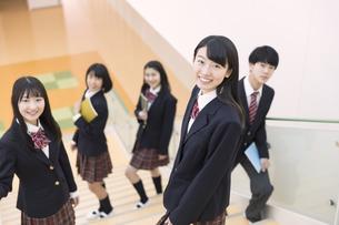 階段の途中で振り返る高校生たちの写真素材 [FYI02970123]