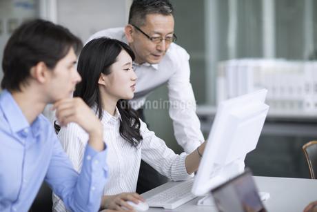 打ち合わせをする3人のビジネス男女の写真素材 [FYI02970128]