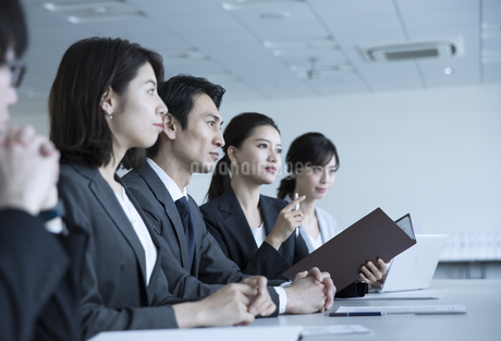 会議中のビジネスマンの写真素材 [FYI02970130]