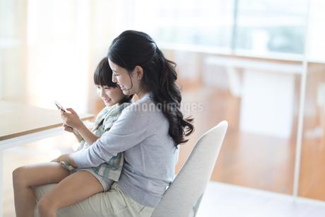 スマホを見る母親と娘の写真素材 [FYI02970133]