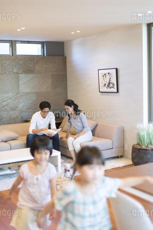 リビングでくつろぐ両親の写真素材 [FYI02970136]