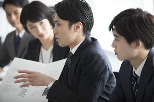 会議中のビジネス男性の写真素材 [FYI02970137]