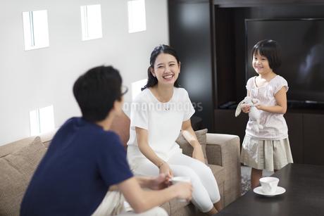 ソファーでくつろぐ家族の写真素材 [FYI02970140]
