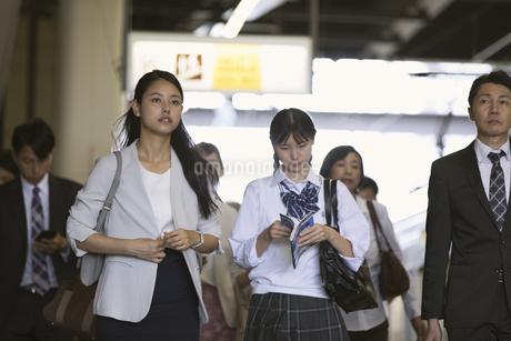 駅のホームを歩く人々の写真素材 [FYI02970146]