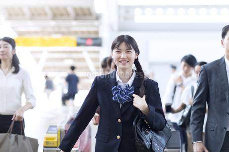 駅の改札を通過する女子高校生の写真素材 [FYI02970162]