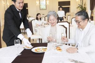 レストランで食事をするシニア夫婦の写真素材 [FYI02970165]