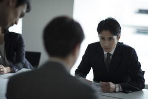会議中のビジネス男性の写真素材 [FYI02970168]