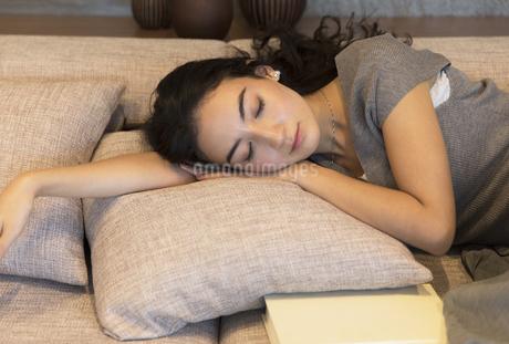 クッションの上で横になる女性の写真素材 [FYI02970173]