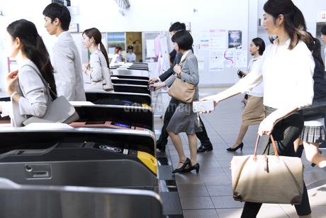 駅の改札を通過する人々の写真素材 [FYI02970183]