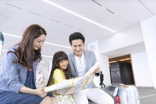 地図を見て話す家族の写真素材 [FYI02970185]