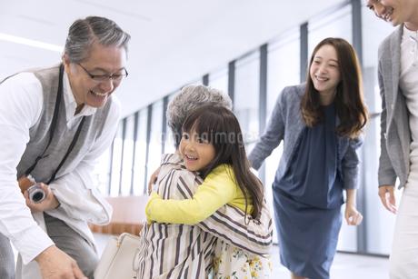 祖母に抱きつく女の子の写真素材 [FYI02970188]