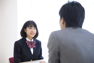 面談を受ける女子高校生の写真素材 [FYI02970203]