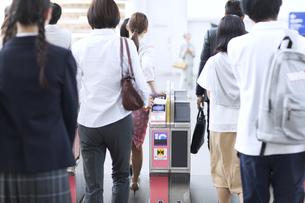 駅の改札を通過する人々の写真素材 [FYI02970209]