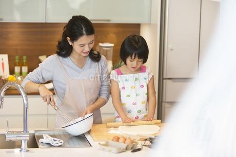 キッチンで料理を作る母親と娘の写真素材 [FYI02970224]