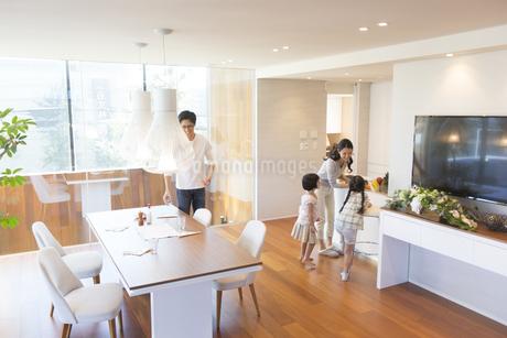食事の用意する家族の写真素材 [FYI02970232]