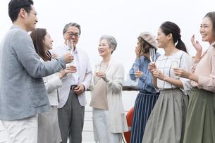 シャンパンを持ち会話をする人々の写真素材 [FYI02970235]