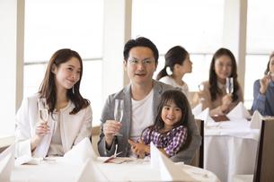 シャンパンを持ち遠くを見る家族の写真素材 [FYI02970236]