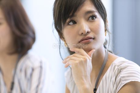 横を見るビジネス女性の写真素材 [FYI02970242]