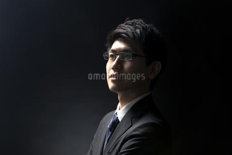 遠くを見つめるビジネス男性の写真素材 [FYI02970244]