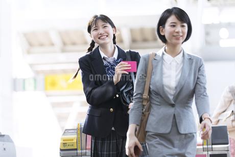 駅の改札を通過する女子高校生の写真素材 [FYI02970249]