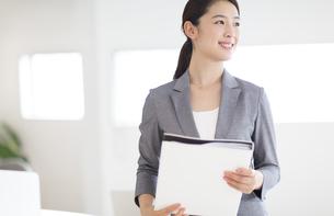 ファイルを持つビジネス女性の写真素材 [FYI02970252]
