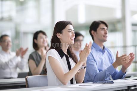 会議で拍手をするビジネス女性の写真素材 [FYI02970254]