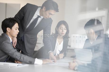 打ち合わせ中のビジネスマンの写真素材 [FYI02970257]