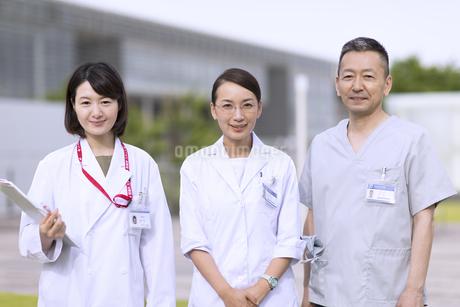 カメラ目線で立つ医師たちの写真素材 [FYI02970265]