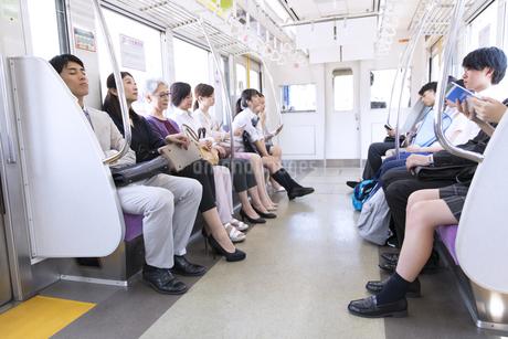 電車移動する人々の写真素材 [FYI02970268]