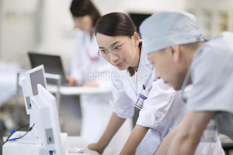 モニターを見て打ち合わせをする医師たちの写真素材 [FYI02970269]