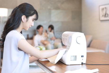 ミシンで縫う母親の写真素材 [FYI02970275]