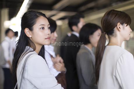 ホームで電車を待つビジネス女性の写真素材 [FYI02970276]