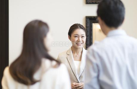 接客をするフロントの女性の写真素材 [FYI02970280]