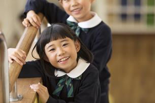 校舎内で微笑む小学生の女の子の写真素材 [FYI02970291]