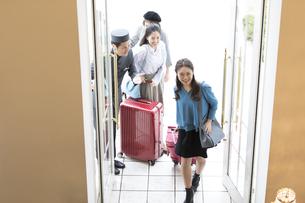 ホテルに入る3人の女性旅行者の写真素材 [FYI02970296]