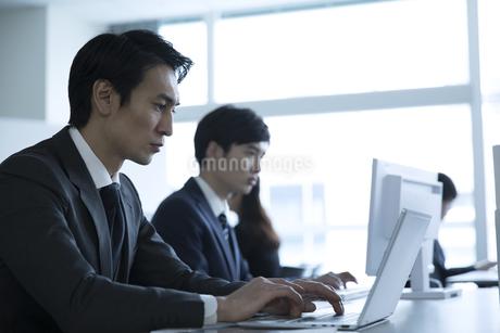 オフィスでパソコンを操作するビジネス男性の写真素材 [FYI02970300]