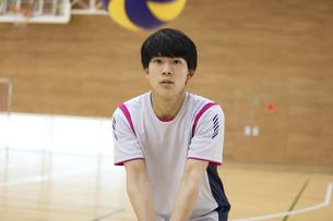 バレーボールをする男子学生の写真素材 [FYI02970301]