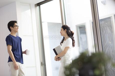 窓の近くに立つ夫婦の写真素材 [FYI02970304]