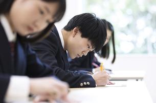 テストを受ける男子高校生の写真素材 [FYI02970307]