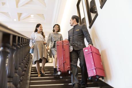 ホテル内を歩く2人の女性旅行者の写真素材 [FYI02970308]