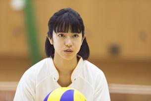 バレーボールをする女子学生の写真素材 [FYI02970310]