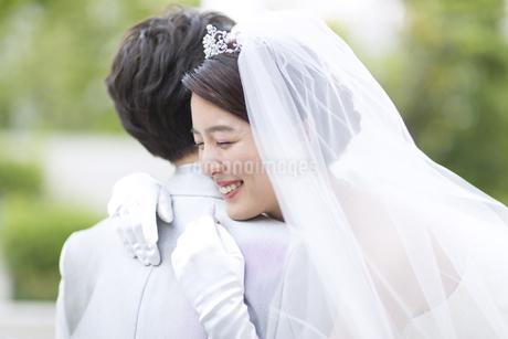 新郎にハグをする新婦の写真素材 [FYI02970316]