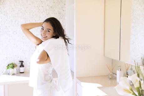 タオルで髪を乾かす女性の写真素材 [FYI02970318]