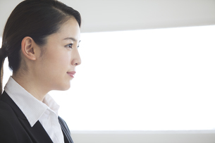 1点を見つめるビジネス女性の横顔の写真素材 [FYI02970322]