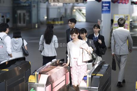 駅の改札を通過するビジネス女性の写真素材 [FYI02970323]