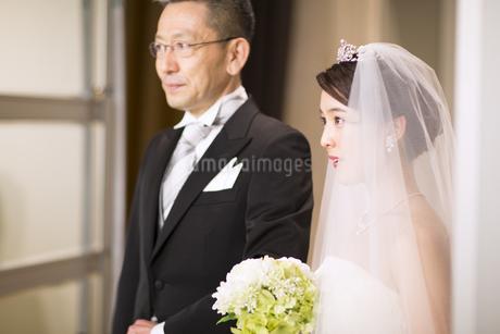 入場する新婦と父親の写真素材 [FYI02970325]