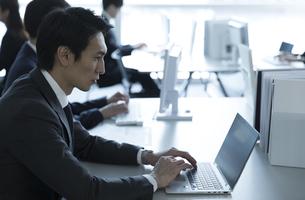 オフィスでパソコンを操作するビジネス男性の写真素材 [FYI02970330]